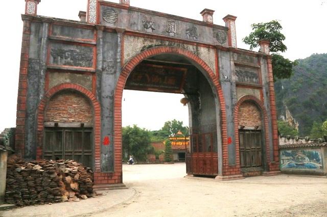 Làng Việt cổ Cố Viên Lầu được phục dựng từ năm 1990, tại xã Ninh Hải, huyện Hoa Lư (Ninh Bình), nằm trong vùng đệm của Quần thể danh thắng Tràng An. Khu đất xây làng xưa kia là ngôi làng cổ Vụng Chùa cách đây hơn 1.000 năm thời Đinh - Lê, do chiến tranh bị mai một.