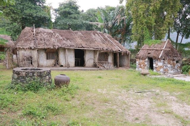 Những ngôi nhà của lớp người nghèo nằm ở các vị trí không mấy đắc địa trong làng, được thể hiện nổi bật trong làng Việt cổ Cố Viên Lầu. Theo chủ nhân của làng Cố Viên Lầu, những ngôi nhà tranh vách đất này cũng được phục dựng giống như nguyên bản để khách đến tham quan như đang được sống lại ký ức của thời xa xưa.