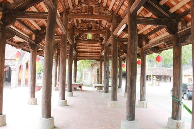 Vật liệu xây dựng đình làng được làm chủ yếu bằng gỗ, trên lợp ngói vảy cá. Gỗ dựng đình làng nhiều nhất là gỗ lim cùng nhiều loại gỗ khác như xăng nẽ, xoan đào... Bên trong mái đình các cột, kèo, vì được trạm khắc nhều hoa văn tinh xảo. Đặc điểm nổi bật nhất của các hoa văn họa tiết trên gỗ này là hình họa hoa sen...