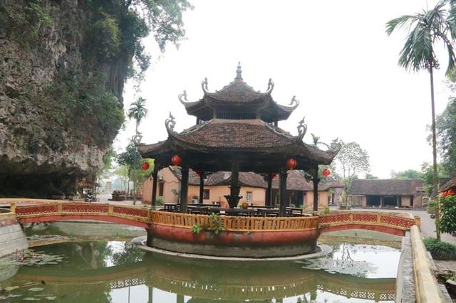 Ngoài đình làng, nhà dân, Tân Nghinh Các ở làng Việt cổ Cố Viên lầu cũng được phục dựng như nguyên bản. Tân Nghinh Các này được đưa về đây cũng có niên đại khá lâu.