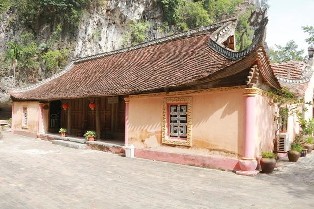 Khu nhà giàu gồm những nhà cổ kiên cố, khang trang được sưu tầm từ nhiều nơi ở Ninh Bình, Thanh Hóa, Hải Phòng. Các ngôi nhà này có kiến trúc độc đáo, không ngôi nhà nào giống ngôi nhà nào. Nhà thì 5 gian, 2 dĩ và 2 trái; có ngôi nhà lại chỉ có 3 gian 2 trái với mái cong vút như mái đình.