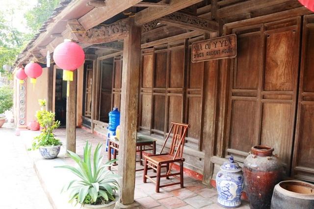 Nhà cổ Ý Yên (Nam Định) là một trong những ngôi nhà cổ xưa có tuổi đời trên 100 năm. Ngôi nhà khu nhà giàu này có các thiết kế, họa tiết hoa văn tinh xảo, lát gạch Bát Tràng. Các vật dụng sinh hoạt bên trong cũng độc đáo và giá trị, xứng tầm với chủ nhân của ngôi nhà xưa kia.