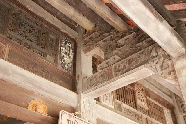 Những họa tiết trên mái nhà của một ngôi nhà cổ ở Cố Viên Lầu, nhìn kỹ như một bức tranh tinh xảo, thiên biến vạn hóa với đủ các loại gam màu, nội dung khác nhau. Từ các linh vật như: Long, Phụng, đến các cây tứ quý: Tùng - Trúc - Cúc - Mai... đều được sắp xếp một cách rất hợp lý đầy tính nghệ thuật, thể hiện tay nghề cao của người dân Việt xưa kia.