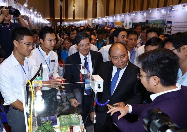 Thủ tướng Nguyễn Xuân Phúc thăm gian hàng về sản phẩm nông nghiệp thông minh tại Techfest 2018.