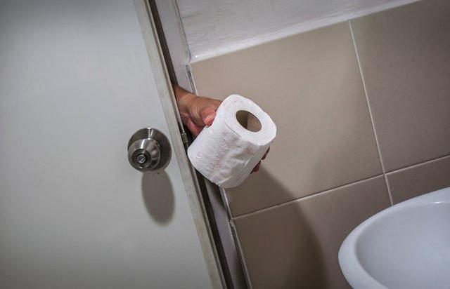 Người đàn ông 64 tuổi bị phạt số tiền hơn 41 triệu đồng vì lấy cắp cuộc giấy vệ sinh từ nhà vệ sinh công cộng trong bệnh viện (Ảnh minh họa)