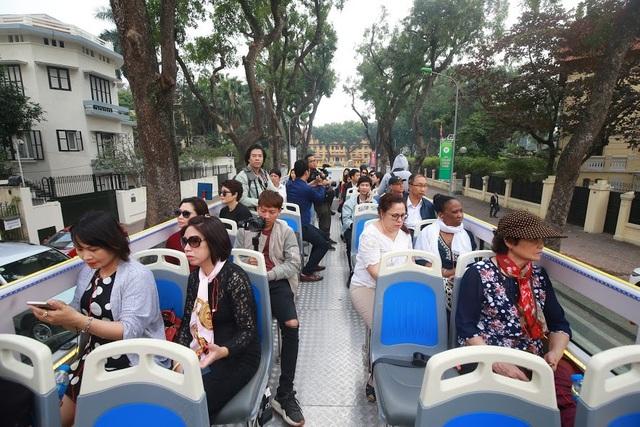 Trao đổi với PV Dân trí, ông Hà Văn Siêu – Phó Tổng Cục trưởng Tổng cục Du lịch cho biết, loại hình du lịch bằng buýt 2 tầng đã được nhiều nước trên thế giới sử dụng. Tuy nhiên, ở Việt Nam, đây là hình thức du lịch còn khá mới mẻ. Với việc trải nghiệm bằng buýt 2 tầng sẽ giúp du khách khám phá được nhiều điểm du lịch ở Hà Nội và hiểu sâu hơn về văn hóa, lịch sử và con người nơi đây.