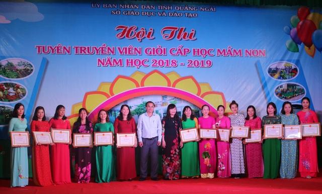 Sở GD&ĐT tỉnh Quảng Ngãi khen thưởng cho những tập thể, cá nhân đạt thành tích cao trong hội thi.