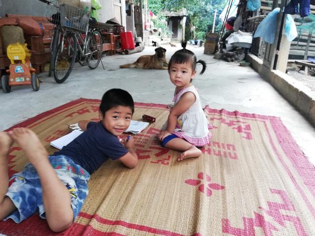 Hình ảnh vừa đáng yêu vừa đáng thương của 2 anh em sớm mất bố khi còn quá nhỏ