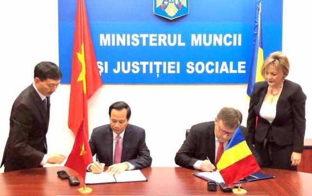 Lãnh đạo hai Bộ đang ký kết bản ghi nhớ hợp tác lao động và an sinh xã hội