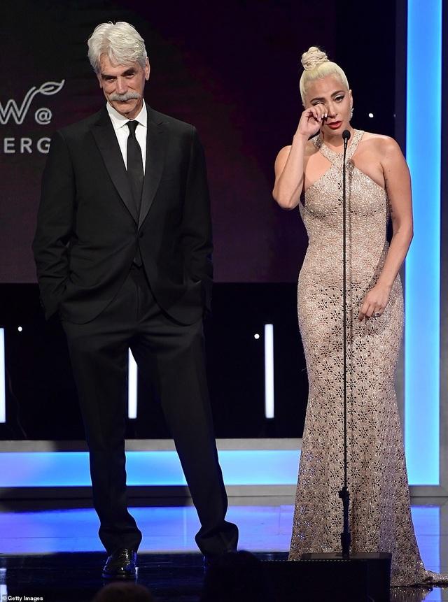 Lady Gaga xúc động tới rơi lệ khi tôn vinh bạn thân Bradley Cooper tại lễ trao thưởng điện ảnh American Cinematheque Award diễn ra ở Mỹ ngày 30/11 vừa qua