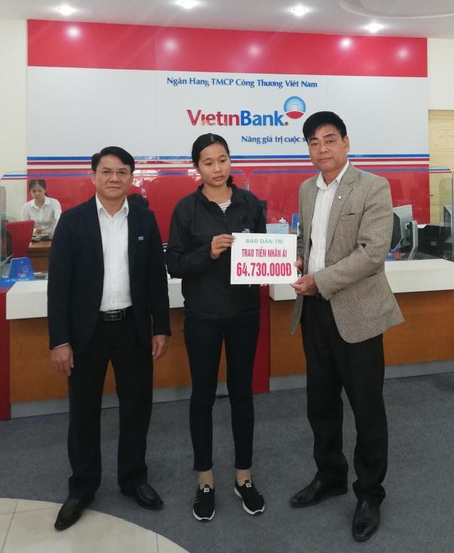 PV Dân trí (phải) tại Hòa Bình trao 54.730.000 đồng do bạn đọc ủng hộ qua Quỹ Nhân ái đến chị Học tại Ngân hàng Vietinbank Hòa Bình
