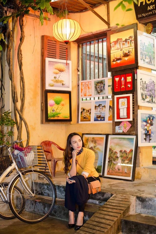 Ngọc Diễm tâm sự, cô thích dạo qua những con phố trưng bày tranh, các tiệm may và quán cà phê mở nhạc giao hưởng ở Hội An.