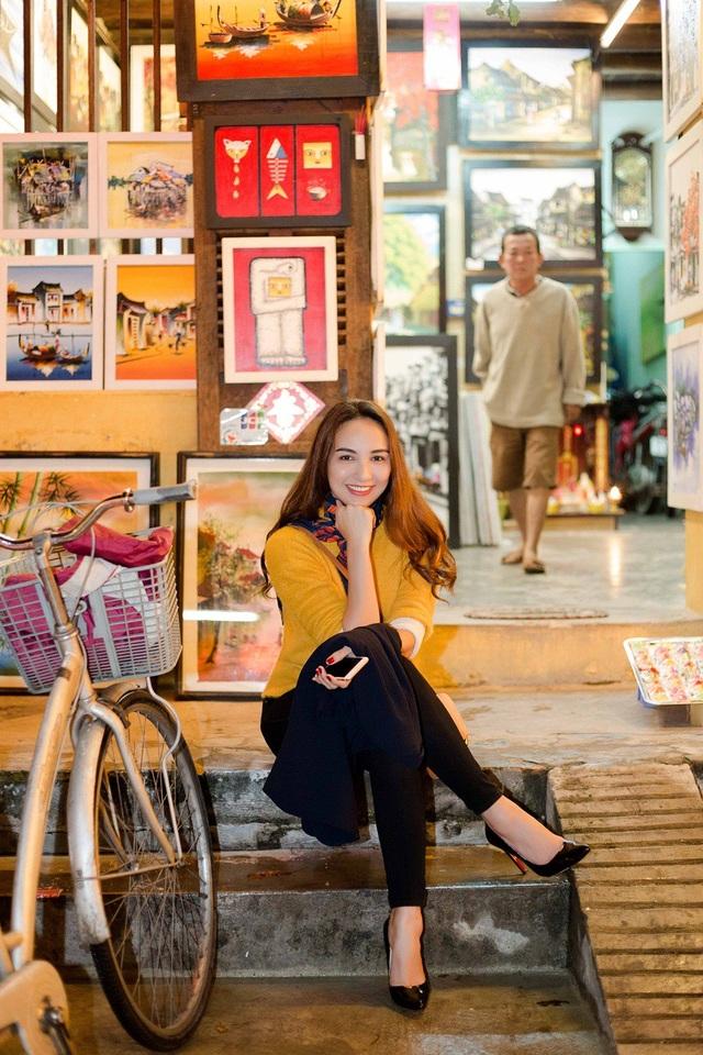 Đam mê du lịch và luôn biết cách khám phá, Ngọc Diễm vừa có chuyến công tác kết hợp du lịch Hội An. Hoa hậu Du lịch Việt Nam 2008 thích thú với thời tiết se lạnh, trong chuyến hành trình khám phá Hội An về đêm, cô mặc áo len vừa đủ ẩm.