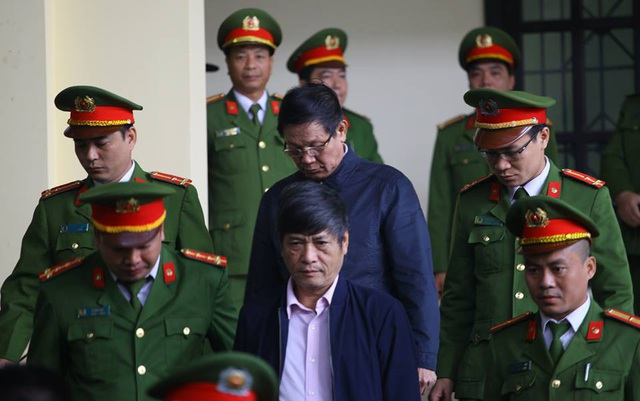 Bị cáo Nguyễn Thanh Hóa (đi trước) và Phan Văn Vĩnh vào phòng xử án sáng 30/11.