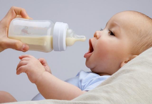"""""""Nếu cha mẹ không khử trùng bình sữa của trẻ sạch sẽ thì đây có thể là nguyên nhân gây ra một loạt các bệnh nhiễm trùng ở trẻ"""", Bà Shivlani cảnh báo (Ảnh:st)"""