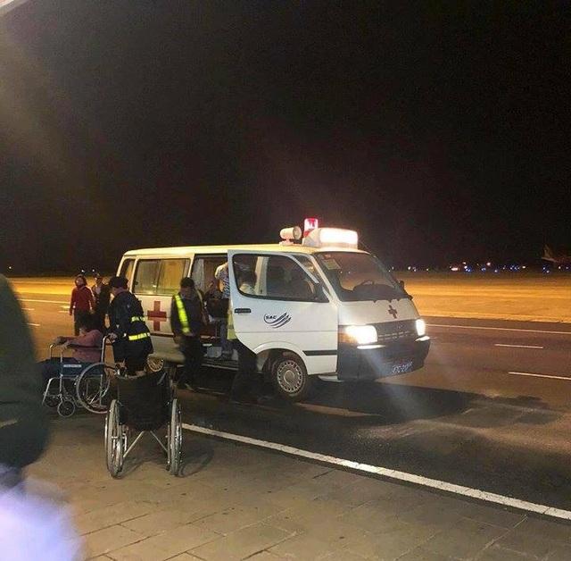 Xe cứu thương được điều đến đưa hành khách nhập viện (ảnh V.T.L)