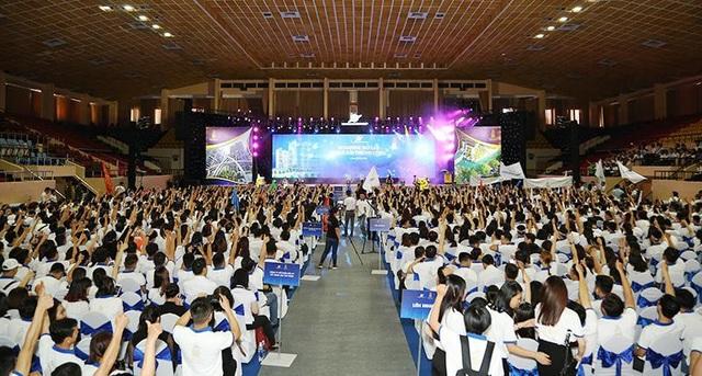 """Không khí cuồng nhiệt, máu lửa, tràn đầy đam mê, nhiệt huyết của đội ngũ Sales đã """"đốt cháy"""" khán phòng trong sự kiện kick off Sunshine City Sài Gòn"""