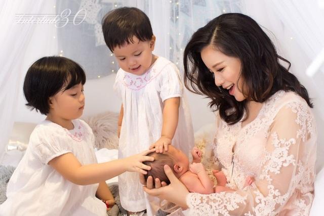 Biên tập viên Minh Trang cùng các con