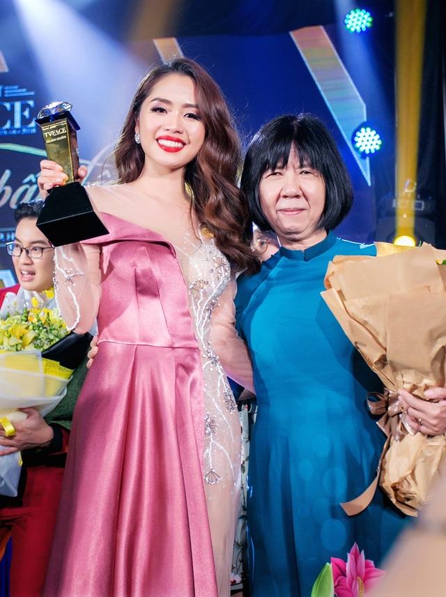 Lan Nhi chụp ảnh kỷ niệm cùng cô giáo Đinh Thị Kim Phấn