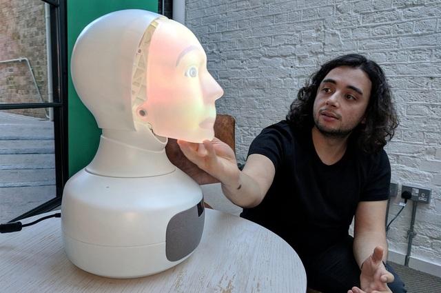 Furhat, người máy giao tiếp có khuôn mặt giống người thật, có thể thay đổi tính cách và biết trò chuyện với con người, đang được triển lãm ở Luân-đôn, Anh.