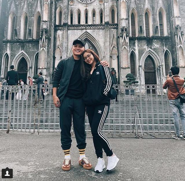 """Cầu thủ Quang Hải chia sẻ bức ảnh đi chơi cùng bạn gái Nhật Lê trong ngày """"xả trại"""" trước ngày lên đường sang Philippines: """"Lâu rồi mới có kiểu ảnh với bạn ý"""", Quang Hải viết."""