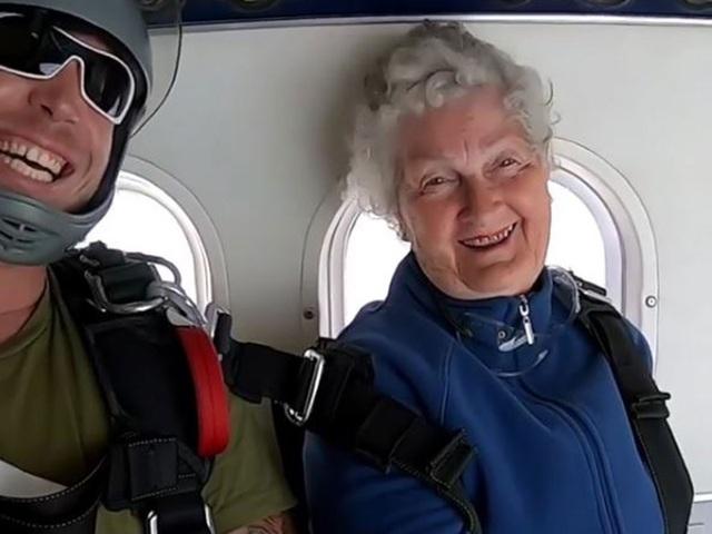 Tinh thần của cụ bà 82 tuổi khá thoải mái trước khi thực hiện cú nhảy từ trên máy bay