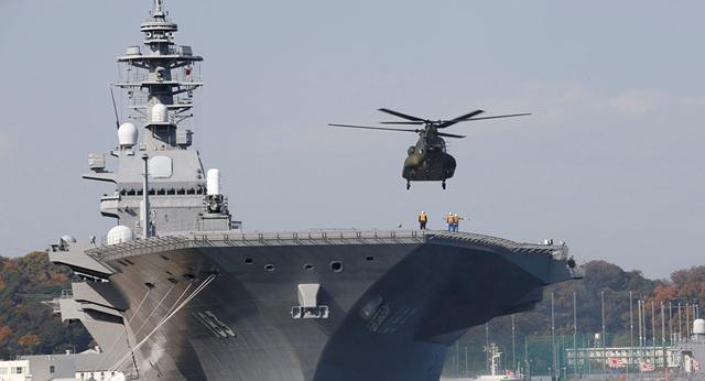 Một trực thăng hạ cánh trên tàu sân bay chuyên chở trực thăng Izumo của Nhật Bản (Ảnh: Sputnik)