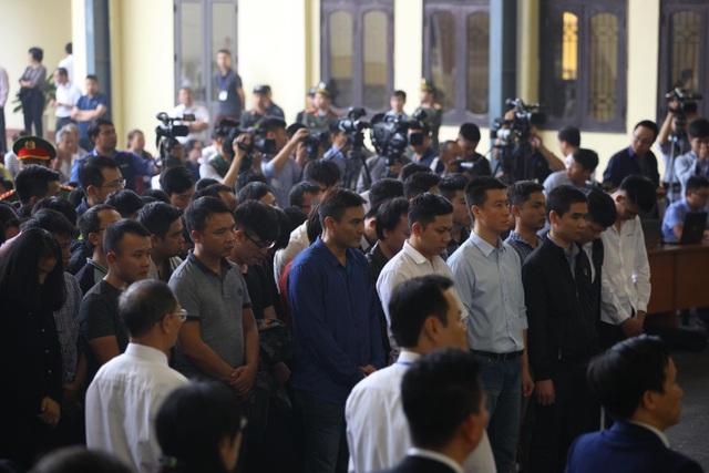 Các bị cáo đang nghe tòa tuyên án
