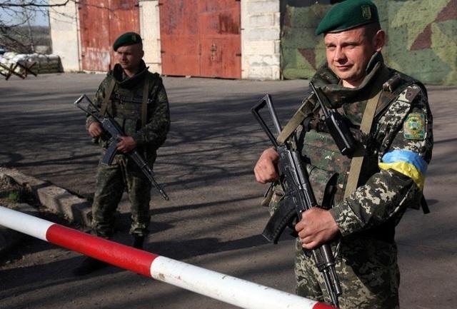 Lính biên phòng Ukraine đứng gác gần biên giới Nga. (Ảnh: AFP)