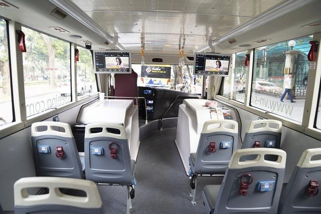 Ghế ngồi có các tai phone và màn hình hiển thị 9 loại ngôn ngữ cho du khách lựa chọn... Theo đó, mỗi điểm xe đi qua, hệ thống định vị sẽ tự động kết nối với phần thuyết minh để giới thiệu thông tin cho du khách.