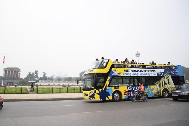 Xe được sơn màu vàng, xanh, có hai màn hình led lớn để hướng dẫn và giới thiệu danh lam thắng cảnh và được trang bị camera giám sát, điều hòa, thiết bị định vị.