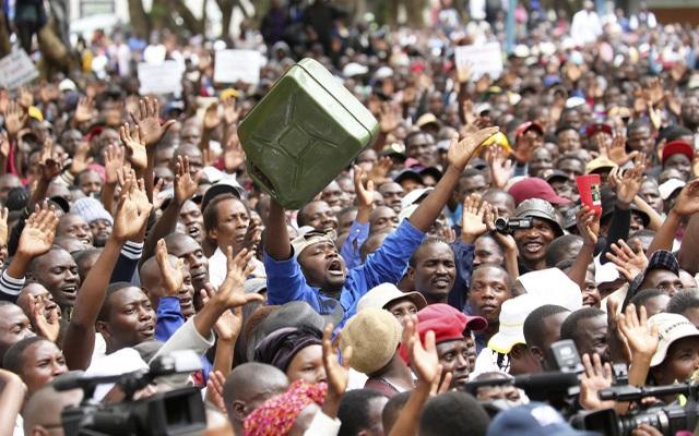 Lo ngại về sự sụp đổ kinh tế của Zimbabwe, hàng ngàn người dân ra đường biểu tình. (Nguồn: Money1055)