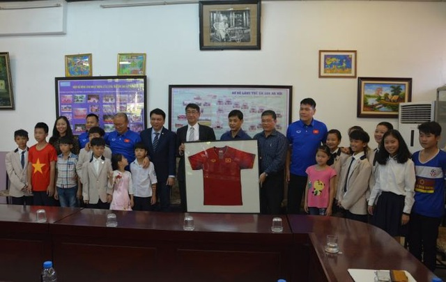 Ban huấn luyện tuyển Việt Nam thăm và giao lưu với các trẻ em Làng SOS Hà Nội - 9