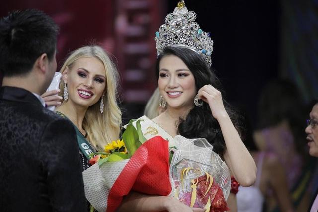 Phương Khánh, á hậu 2 cuộc thi Hoa hậu Biển Việt Nam Toàn cầu 2018 đã được trao vương miện Hoa hậu Trái đất năm nay