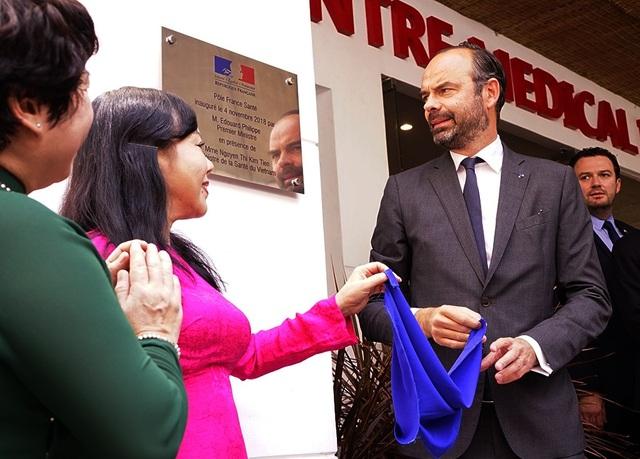 Thủ tướng Pháp cùng Bộ trưởng Bộ Y tế Nguyễn Thị Kim Tiến dự lễ khai trương Trung tâm y tế Pháp