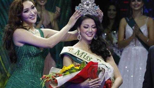 Hoa hậu Trái đất năm 2017 Karen Ibasco trao vương miện cho Phương Khánh. Đây là lần đầu tiên một người đẹp Việt Nam đi thi hoa hậu quốc tế và giành danh hiệu cao nhất