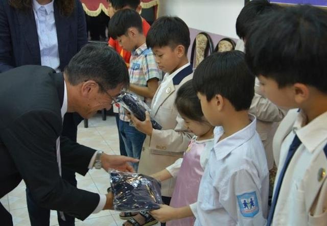 Ban huấn luyện tuyển Việt Nam thăm và giao lưu với các trẻ em Làng SOS Hà Nội - 7