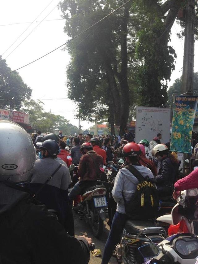 Không chỉ có du khách ở Hà Nội, nhiều người ở các tỉnh xa như: Vĩnh Phúc, Phú Thọ, Hải Dương, Hưng Yên… cũng đổ về đây ngắm hoa dã quỳ nở. Ảnh: Facebook Hiển Hách