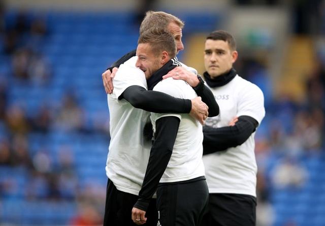 Ngôi sao Leicester City bật khóc trong phút mặc niệm ông chủ người Thái - 2
