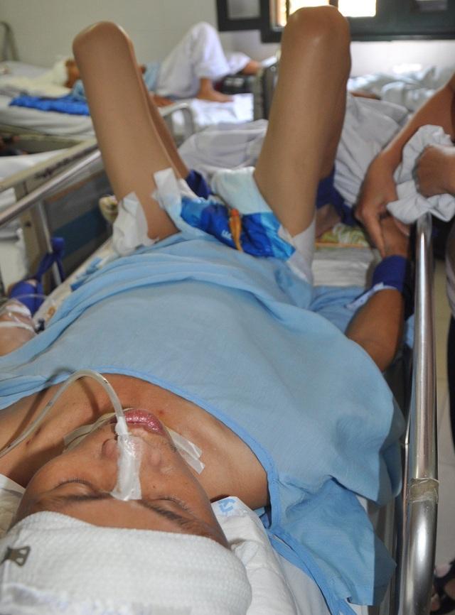 Anh Lợi đang bị nhiễm trùng nên việc điều trị càng khó khăn hơn.