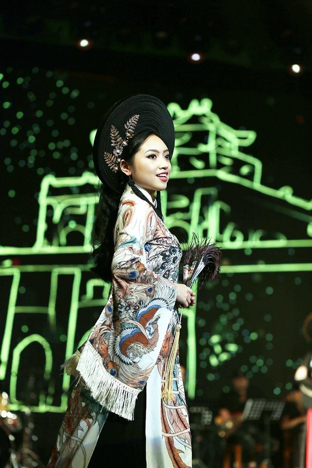 Hoa khôi áo dài Trần Thị Huyền Trang