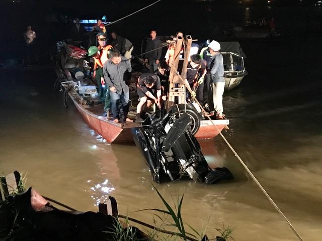 Chiếc Mercedes GLC 300 bị hư hỏng nặng sau cú rơi từ trên cầu Chương Dương xuống sông Hồng.
