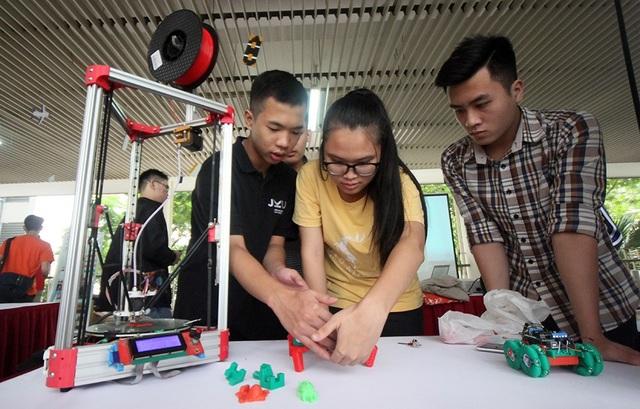 Mẫu máy in 3D độc đáo thu hút được sự quan tâm đặc biệt của các em học sinh.