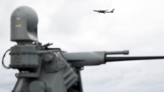 Máy bay ném bom Tu-142 của Nga xuất hiện ngay phía trên tàu chiến Mỹ. (Ảnh: AFP)