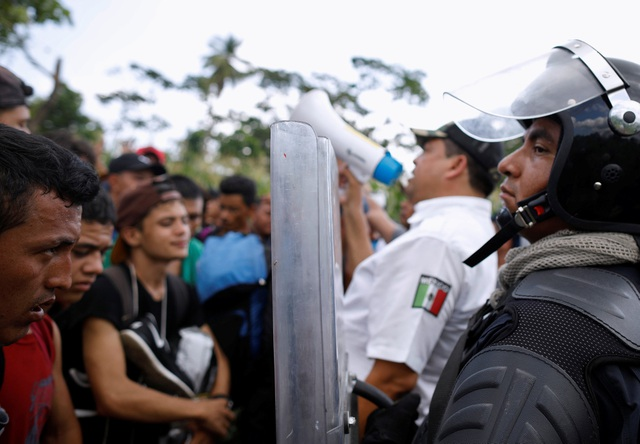 Lực lượng an ninh Mexico đối mặt với đoàn người di cư đang di chuyển tới Mỹ. (Ảnh: Reuters)