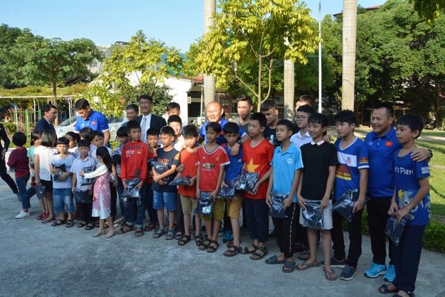Ban huấn luyện tuyển Việt Nam thăm và giao lưu với các trẻ em Làng SOS Hà Nội - 5