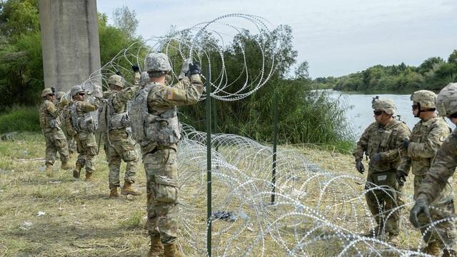 Hàng rào dây thép gai được đặt ở biên giới Mỹ-Mexico để ngăn dòng người di cư. (Ảnh: RT)