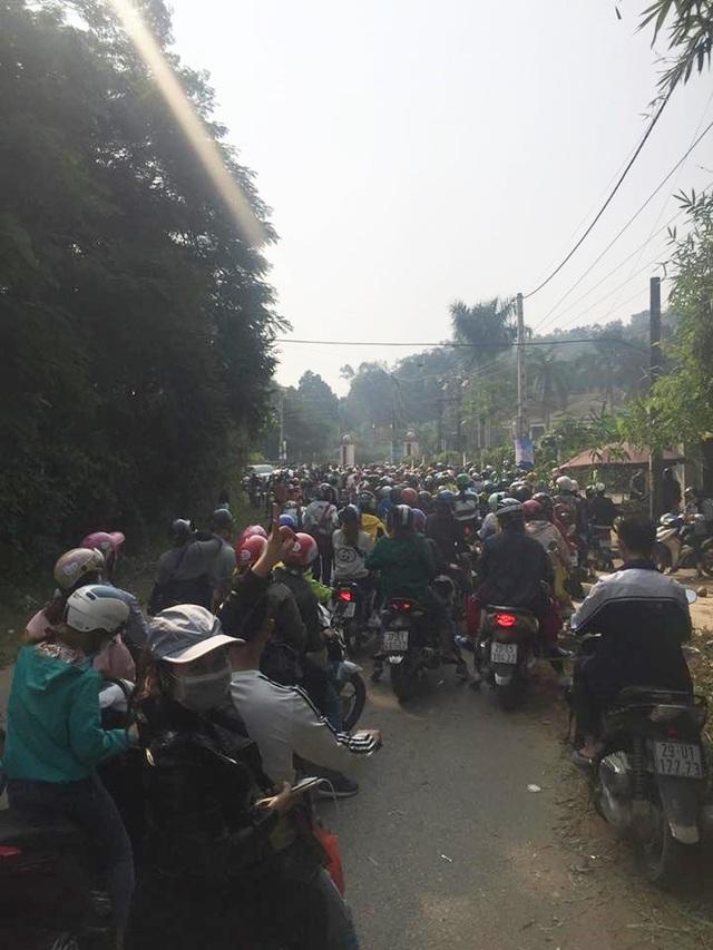 Tại các lối đi dẫn vào Vườn Quốc Gia Ba Vì, hàng đoàn xe nối đuôi nhau, nhích từng chút một. Ảnh: Facebook Nguyen Hai Bao Long