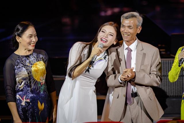 Phạm Phương Thảo trân trọng và yêu thương giới thiệu về cha mẹ mình.