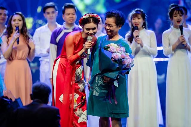 Phạm Phương Thảo cúi mình cảm ơn đạo diễn Huyền Lâm - vợ của cố nhạc sĩ An Thuyên ở phần cuối chương trình.